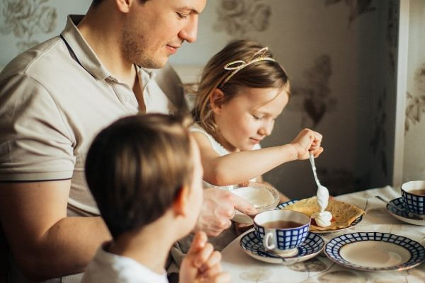 15 Easy & Fun Family Dinner Activities